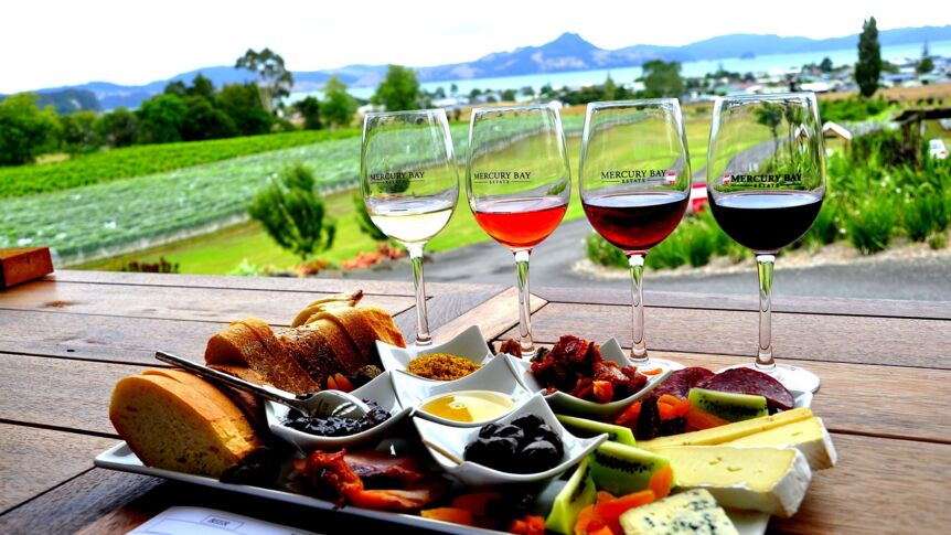 Wein und Brotplatte in Mercury Bay in Neuseeland