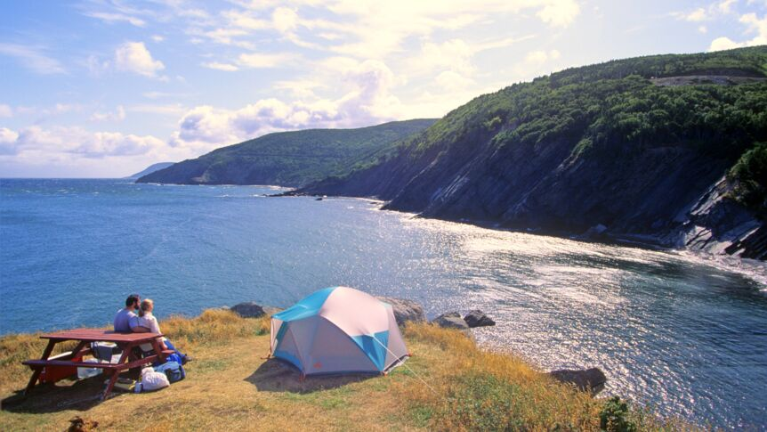 Camper an der Küste des Cape-Breton-Highlands-Nationalparks in Nova Scotia.