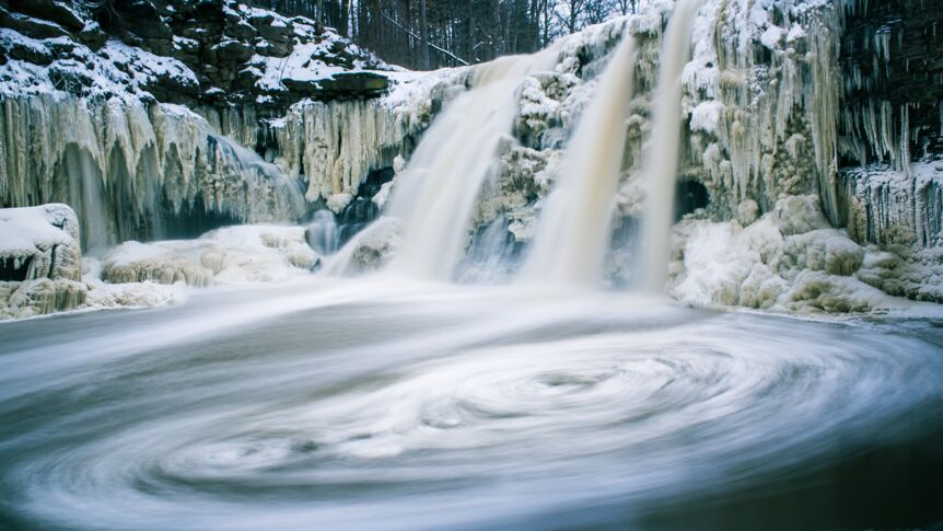 "Ein Wasserfall in der ""Ball's Falls Conservation Area"" in Kanada im Winter."