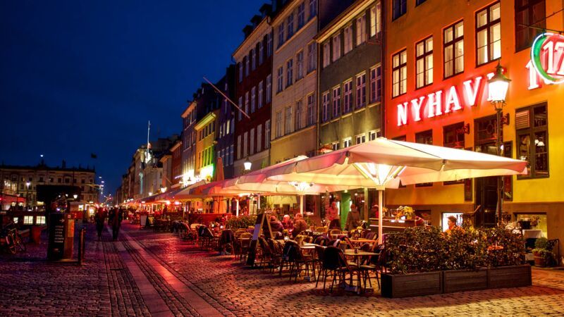 Straße mit Restaurants in Nyhavn in Kopenhagen