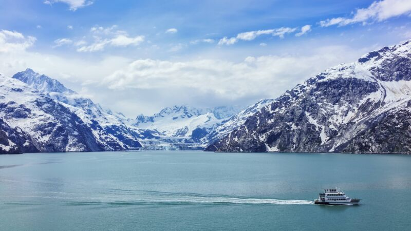 Ein Tour-Boot vor dem Johns-Hopkins-Gletscher in der Glacier Bay.
