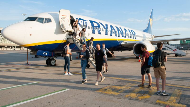 Ryanair-Passagiere am Flughafen London-Stansted.
