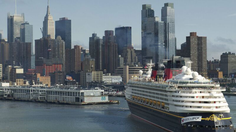 Die Disney Magic läuft in den Hafen von New York City ein.