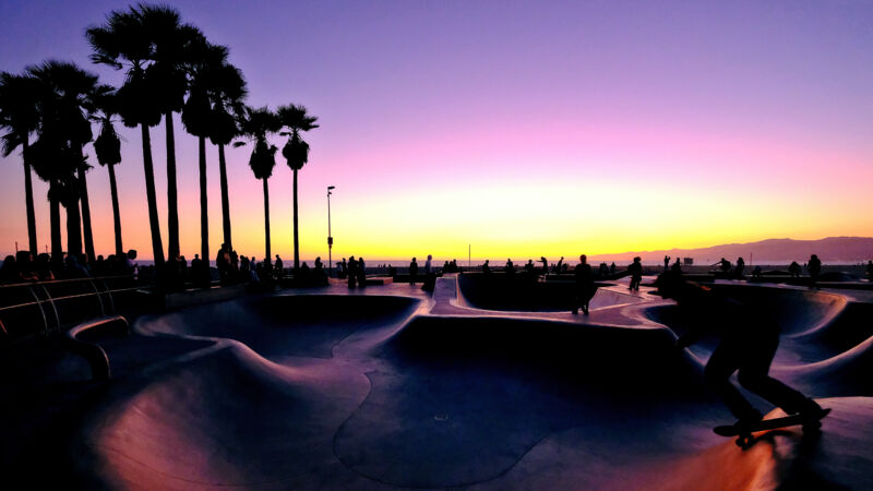 Sonnenuntergang am Skate Park von Venice Beach in Los Angeles.