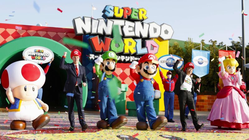 "Figuren von Super Mario vor dem neuen Themenpark ""Super Nintendo World"" in Japan."