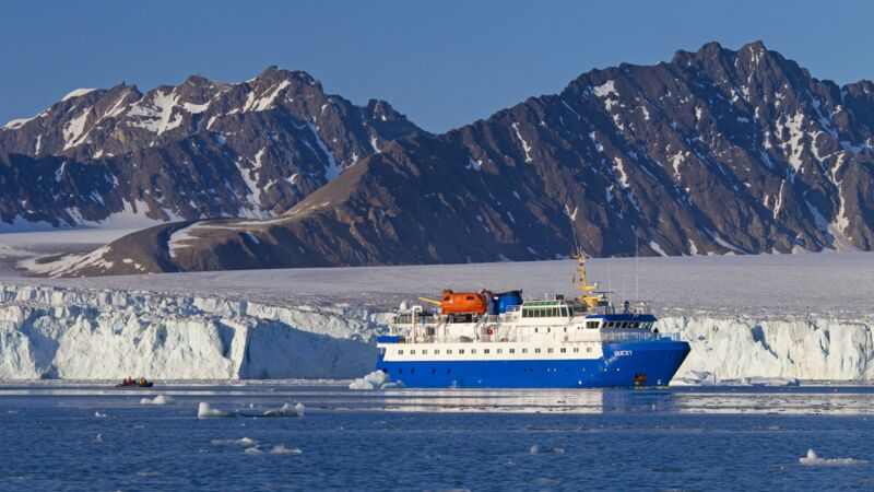 "Expeditionsschiff ""MS Quest"" im Lilliehöökfjord bei Spitzbergen in Norwegen."