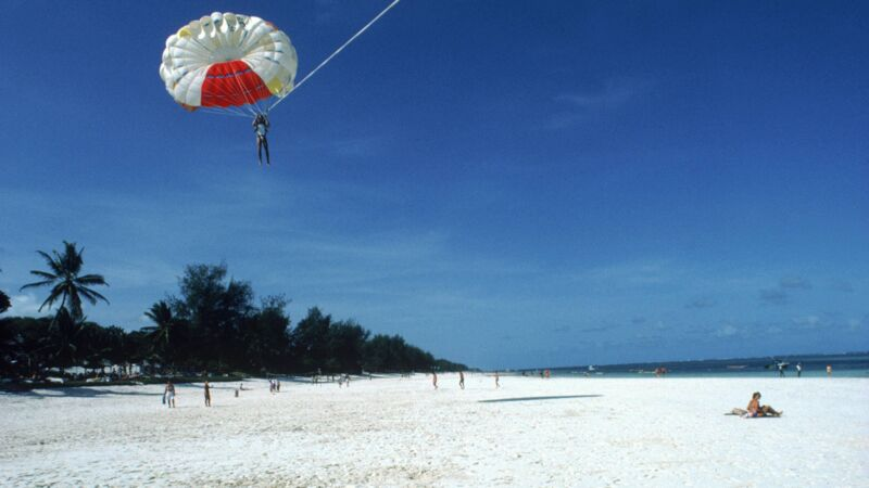 Skydiving ist am Diani Beach verboten.