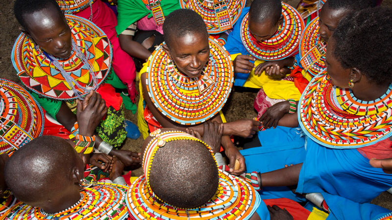 Samburu-Frauen in Kenia in traditioneller Kleidung.
