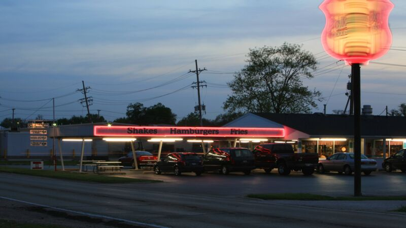 Bildnummer: 52034208  Datum: 04.05.2007  Copyright: imago/imagebroker/szönyiDrive-In an der legendären Straße - Route 66 - in Illinois, Landschaft , Highlight; 2007, Illinois, Straßen, Polk-a-Dot, Restaurant, Restaurants, Schnellrestaurant, Schnellrestaurants, Gastronomie, Schild, Reklame, sixtysix, sixty-six, Abend; , quer, Kbdig, Totale, Vereinigte Staaten von Amerika,  , Reisen, Nordamerika, USABildnummer 52034208 Date 04 05 2007 Copyright Imago imagebroker szönyi Drive in to the legendary Road Route 66 in Illinois Landscape Highlight 2007 Illinois Roads Polk a dot Restaurant Restaurants Fast Food Quick restaurants Gastronomy Shield Advertisment Sixtysix Sixty Six Evening horizontal Kbdig long shot United States from America Travel North America USA imago stock&people