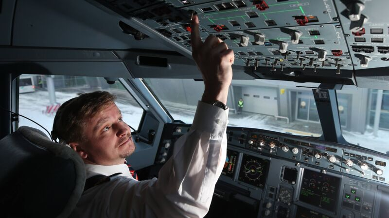 Pilot im Cockpit eines Airbus A330 am Kazan International Airport, Russland.