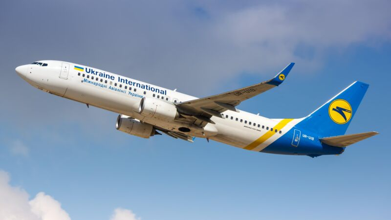 Eine Boeing 737-800 von Ukraine International Airlines in der Luft.