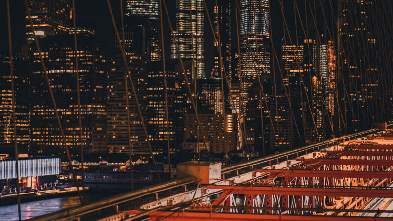 Brooklyn Bridge bei Nacht, New York.