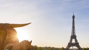 France, Paris, Eiffel Tower with statues at Place du Trocadero at sunrise PUBLICATIONxINxGERxSUIxAUTxHUNxONLY WDF04872  imago images / Westend61