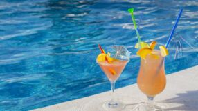 Cocktails am Pool.